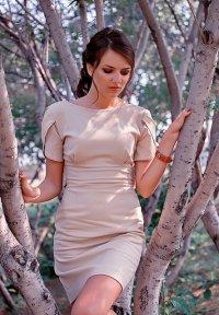 kobieta w eleganckiej sukience