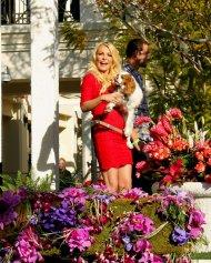 kobieta w czerwonej sukience z psem